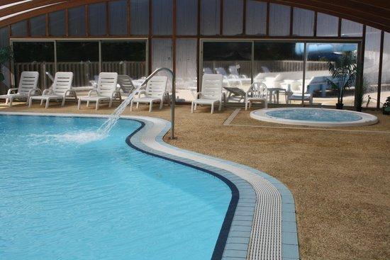 Camping Le Montant : piscine couverte et jacuzzi