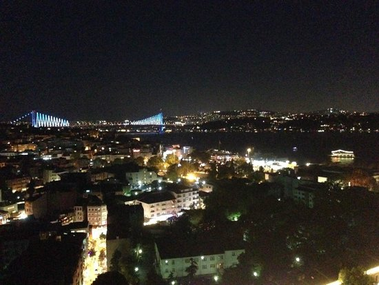 Vogue : View over the night Istanbul
