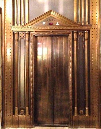 Hotel Bristol Wien: Elevator doors