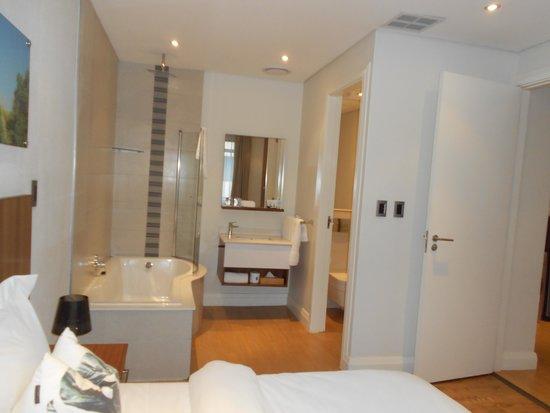 Urban Park Hotel & Spa : Bedroom/Bathroom