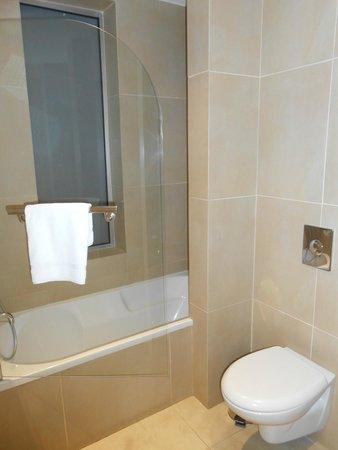 Amphora Hotel & Suites: bathroom of SUPERIOR DOUBLE ROOM