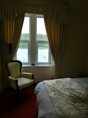 Myrtle Bank Guest House: Camera e vista sul lago
