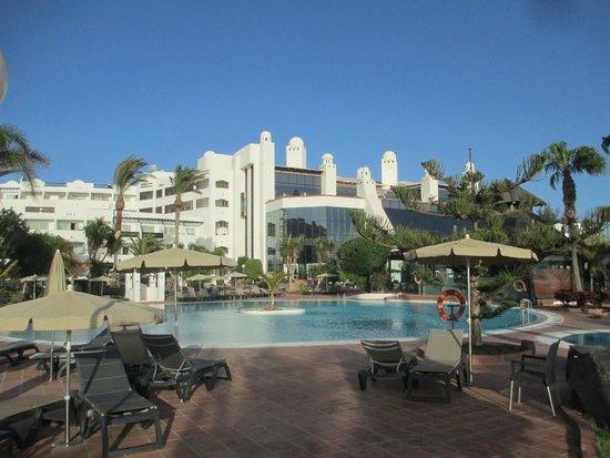H10 Timanfaya Palace: vue de l'hotel coté jardin