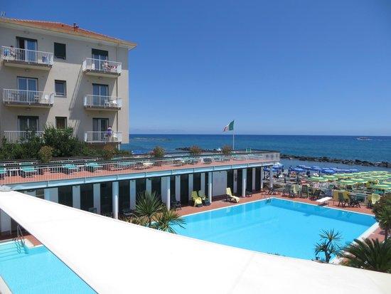 Hotel Gabriella: Il solarium che sovrasta la piscina