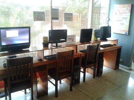 Casa Yoses Hostel: Computer area