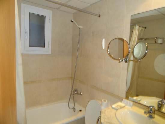Hotel Oasis: 備え付けは石鹸とリンスインシャンプー(使い捨て)のみ