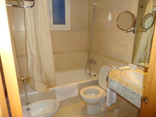 Hotel Oasis : バスタブ付きで広め。清潔でした。