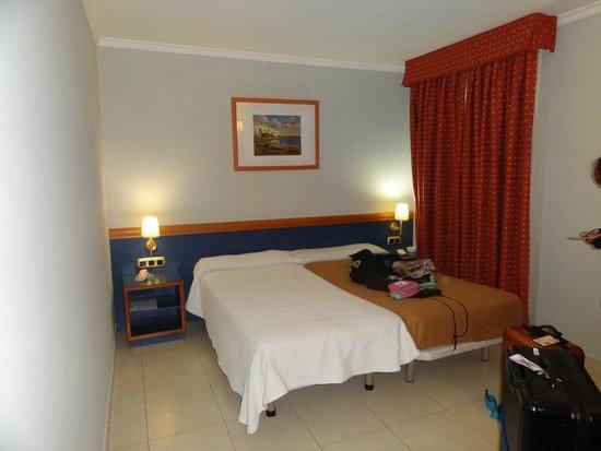 Hotel Oasis: なぜか片方しかベッドカバーがしてない。となりの話し声が筒抜け。壁は薄いようです。