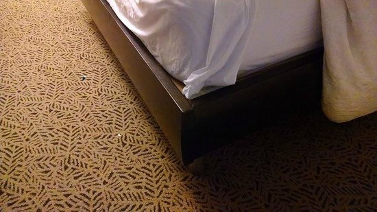 Hilton Garden Inn Washington DC/US Capitol: Corner of the bed frame that caused the bruise on my leg