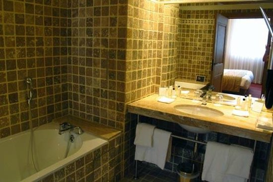 Hotel de Bourgtheroulde, Autograph Collection : Bathroom: tub on the left side