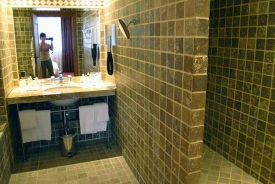Hotel de Bourgtheroulde, Autograph Collection : Bathroom: spacious shower corner on the right side