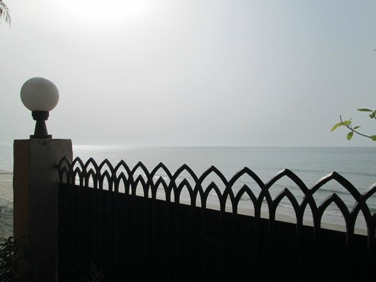 Al Qurum Resort: Hotelgarden looking on to the sea