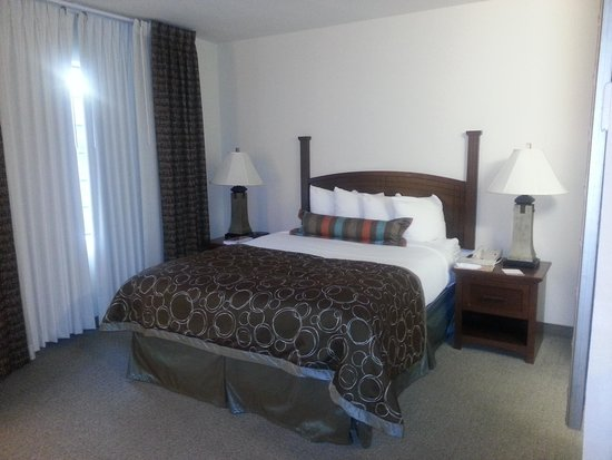 Homewood Suites by Hilton Jacksonville Deerwood Park: Lit Queen inconfortable à deux
