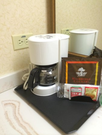 Country Inn & Suites By Carlson, Michigan City: Coffee pot...no cups?