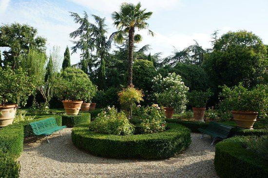 Villa Scacciapensieri : picturesque garden
