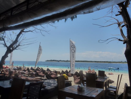 Egoiste Restaurant: View of the beach in front of the restaurant