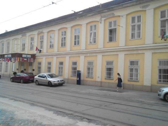 Csaszar Hotel: Hotel from the street