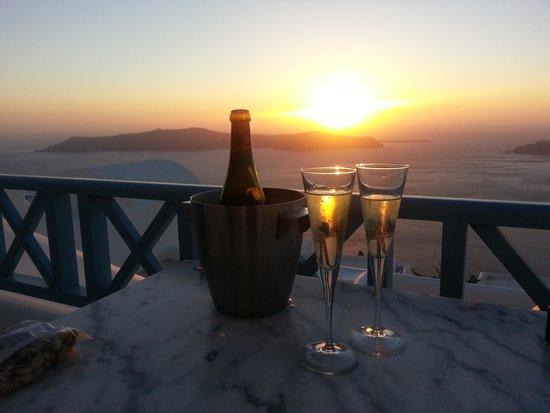 Absolute Bliss Imerovigli Suites: Un moscato speciale offerto dall'hotel nel nostro ultimo tramonto