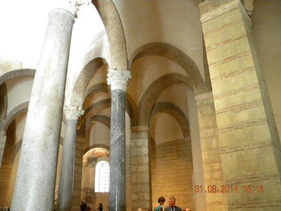 Chiesa di Santa Sofia : Spazio fra colonne interne e quelle a sezione quadra.
