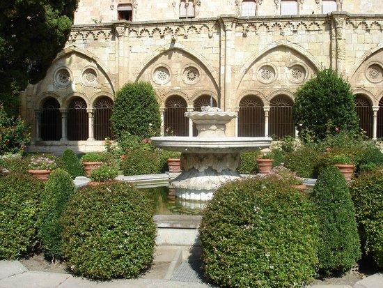 Catedral Basílica Metropolitana Primada de Tarragona: Кафедральный Собор Таррагоны внутрений дворик