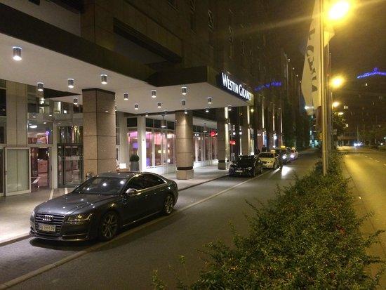 The Westin Grand Frankfurt: Hotel entry, valet parking.