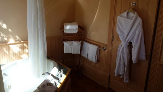 Spinnakers Brewpub and Guesthouses : Bathroom and tub at Spinnakers