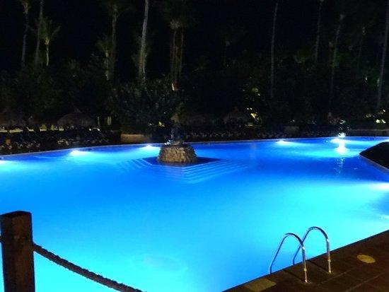 Sirenis Punta Cana Resort Casino & Aquagames : Une des piscine la nuite