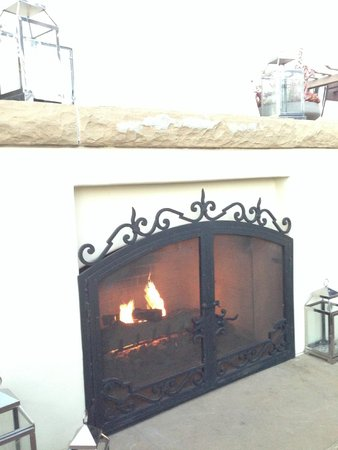Kimpton Canary Hotel: Cozy rooftop fireplace lounge