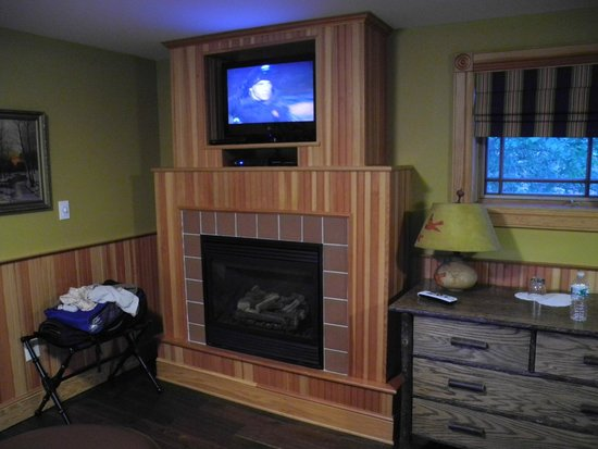 Hotel Mountain Brook: Gas Fire Place, TV, Thoreau Cottage