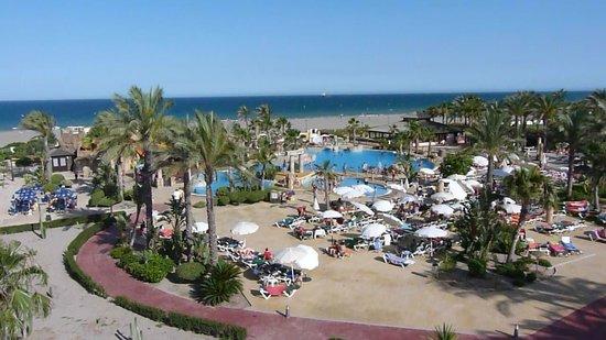 Zimbali Playa Spa Hotel: Piscinas y mar al fondo