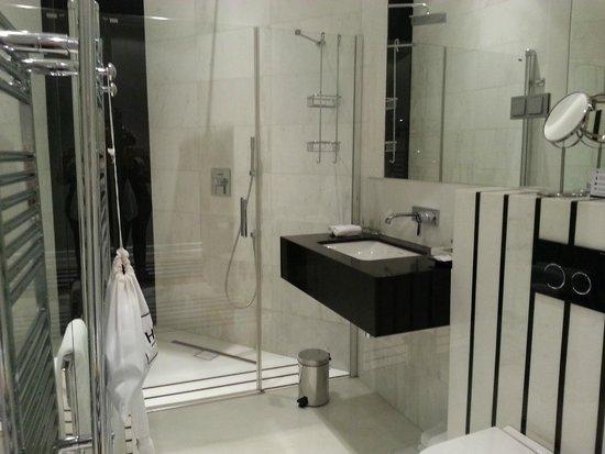 H15 Boutique: bathroom