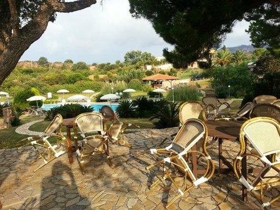 Resort Capo Bianco: zona relax, piscina e bar sul fondo