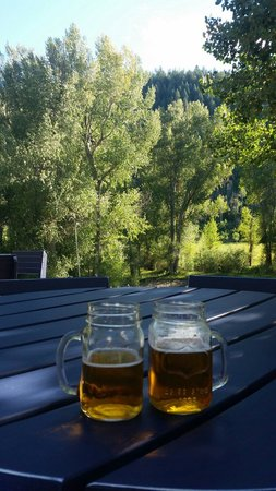 Antlers on the Creek Bed & Breakfast: Happy hour on the deck