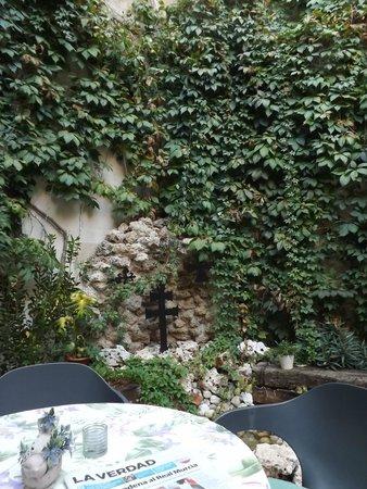 Hotel Hospederia Almunia : Patio de la cafetería del hotel