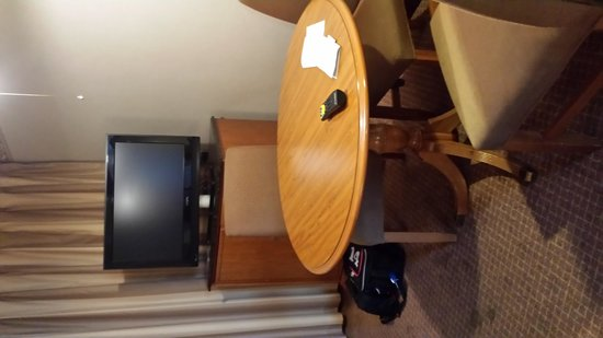 Embassy Suites by Hilton Chicago - Schaumburg/Woodfield: Kitchen area-see spots on floor?