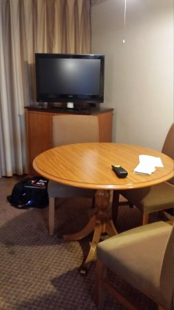 Embassy Suites by Hilton Chicago - Schaumburg/Woodfield : Kitchen area-see spots on floor?