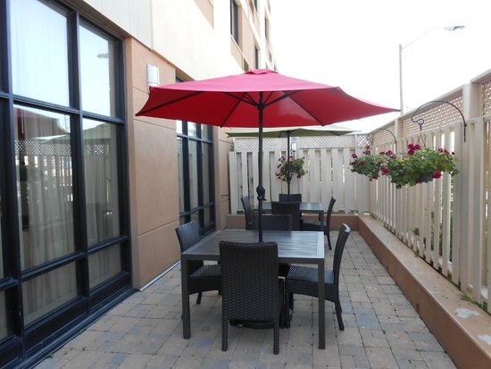 Courtyard Kingston Highway 401/Division Street : Patio