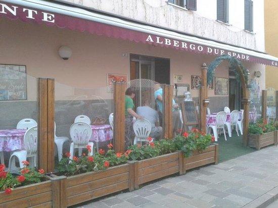 Albergo Due Spade: Hotel terras, street side