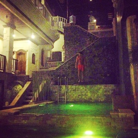 Home Bali Home Villa and Suites : piscine by night