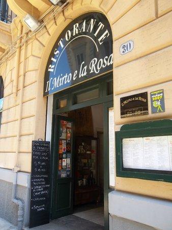 Il Mirto e la Rosa: Entrada del restaurante