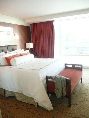 ARIA Resort & Casino: Gorgeous bed, shame we couldn't fit it on the plane!
