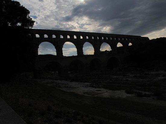 Pont du Gard : акведук над долиной реки Гардон