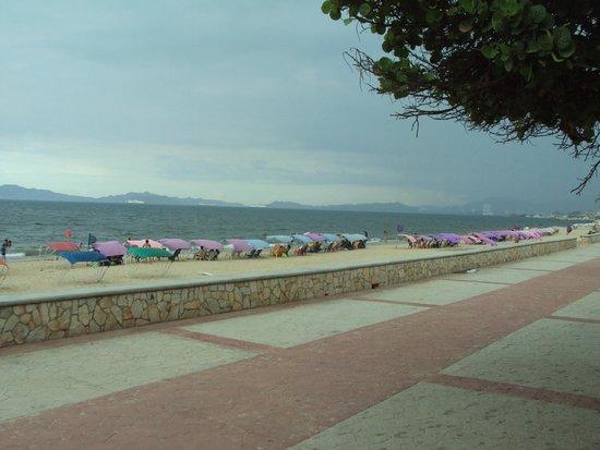 Hosteria El Morro: Al cruzar la calle, el boulevard Los Canales
