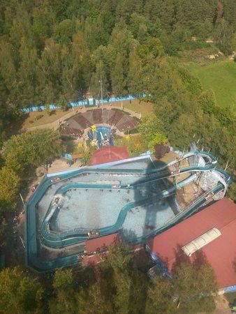Freizeit-Land Geiselwind: Blick auf Sprungturm und Wildwasserbahn