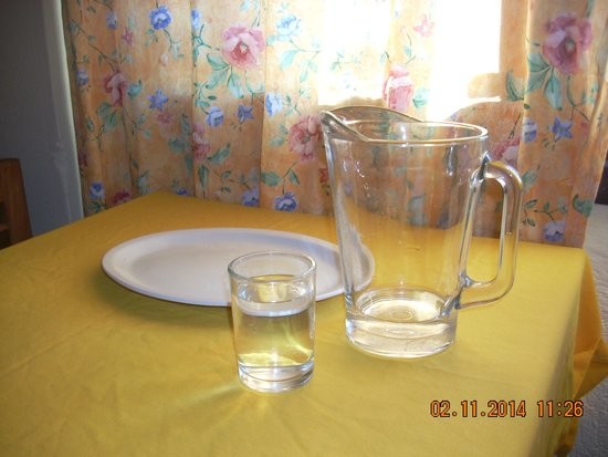 Marsol Hotel: Cozy dining table, with pitcher and glasses supplied.