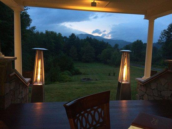 The Inn at Thorn Hill & Spa: Dinner on the porch at night