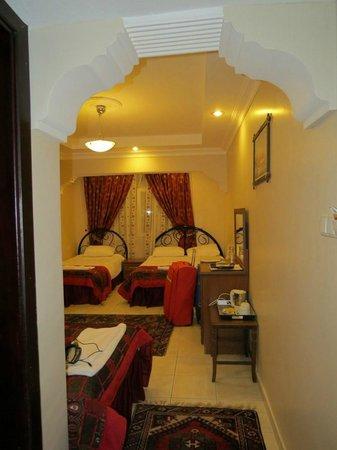 Venus Hotel: Habitación con cama de matrimonio y dos pequeñas