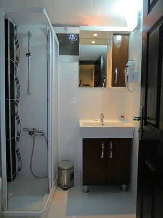 Venus Hotel: Baño moderno