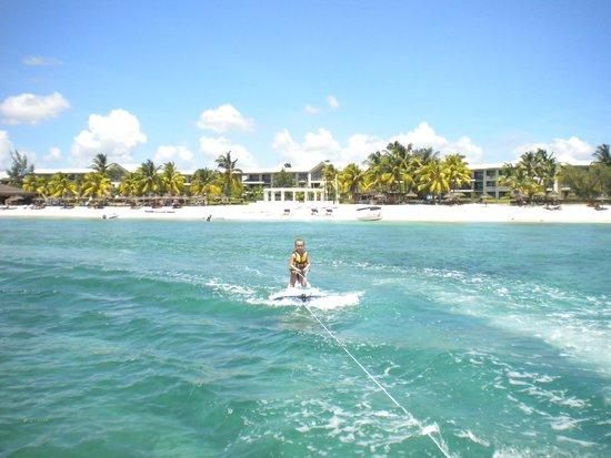 Le Meridien Ile Maurice: ski nautique au club enfant derriere on y voit l'hotel