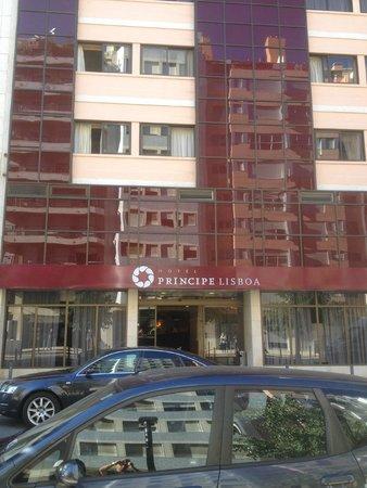 Hotel Principe Lisboa: Hotel visto dall'ingresso della stazione della metro.